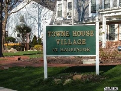 Hauppauge Condo/Townhouse For Sale: 701 Towne House Vlg Dr