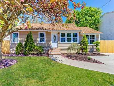 Lindenhurst Single Family Home For Sale: 20 Frank St