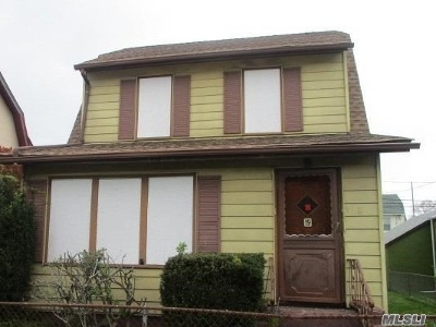 Lindenhurst Single Family Home For Sale: 19 Winchester Dr