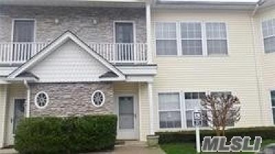 Lindenhurst Condo/Townhouse For Sale: 111 Narragansett Vi Dr
