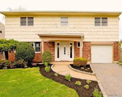 Huntington Single Family Home For Sale: 22 Woodoak Ln