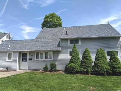 Levittown Single Family Home For Sale: 40 Stonecutter Rd