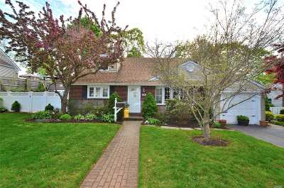 Farmingdale Single Family Home For Sale: 10 Langdon Rd