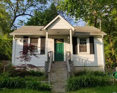 Single Family Home For Sale: 17 Bayville Dr