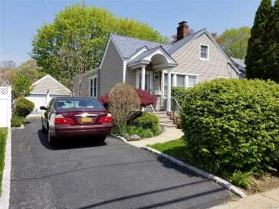 Merrick Single Family Home For Sale: 1827 Thelma Ave