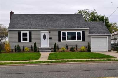 Farmingdale Single Family Home For Sale: 55 Fallwood Pkwy