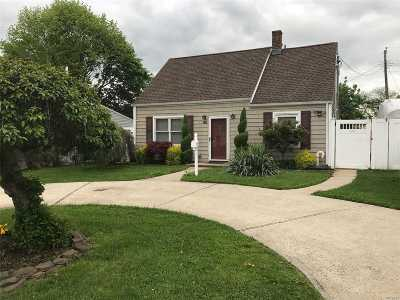 Levittown Single Family Home For Sale: 195 Shelter Ln