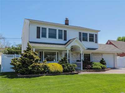 Levittown Single Family Home For Sale: 27 Oaktree Lane