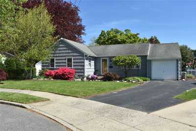 Babylon Single Family Home For Sale: 18 Bradish Ln