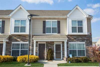Central Islip Condo/Townhouse For Sale: 8 Hunter Dr