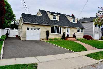 Massapequa Park Single Family Home For Sale: 10 Oakdale Pl