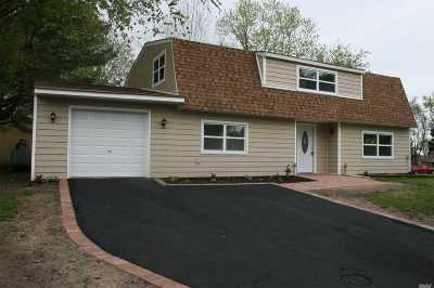 Farmingville Single Family Home For Sale: 2 Hofstra Ct