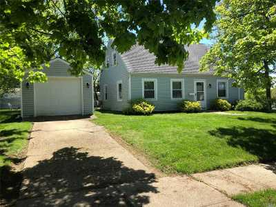 Levittown Single Family Home For Sale: 2 Bellows Ln
