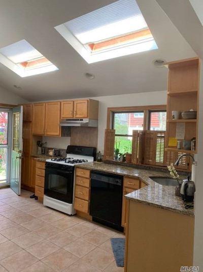 Port Washington Single Family Home For Sale: 60 Dunwood Rd