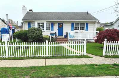 Massapequa Single Family Home For Sale: 44 E Arlyn Dr