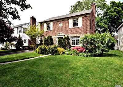 Rockville Centre Single Family Home For Sale: 97 Hampshire Rd