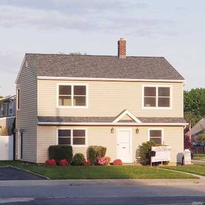 Levittown Single Family Home For Sale: 73 Acorn Ln