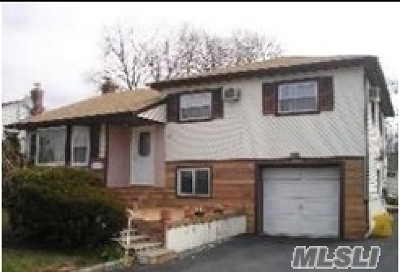 Hicksville Single Family Home For Sale: 94 Dartmouth Dr