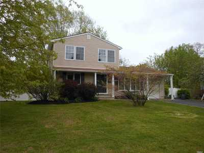 Bellport Single Family Home For Sale: 21 Country Greens Dr