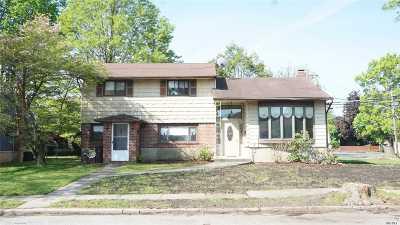 Plainview Single Family Home For Sale: 2 Coronet Ln