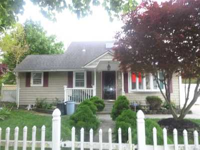 Central Islip Single Family Home For Sale: 36 E Walnut St