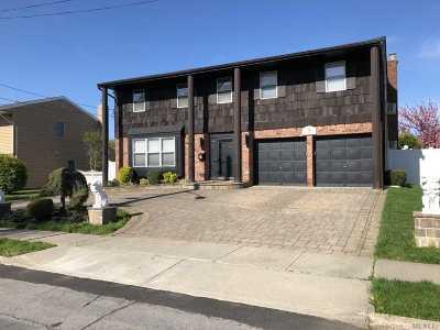 Plainview Single Family Home For Sale: 30 Oak Dr