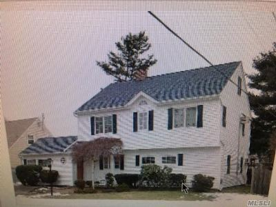Levittown Single Family Home For Sale: 18 Tarry Ln