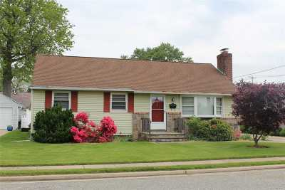 Hicksville Single Family Home For Sale: 1 Oxford Pl