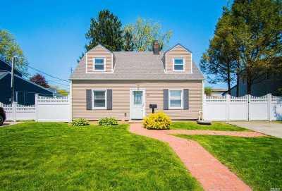 Nassau County Single Family Home For Sale: 63 Sugar Maple Rd