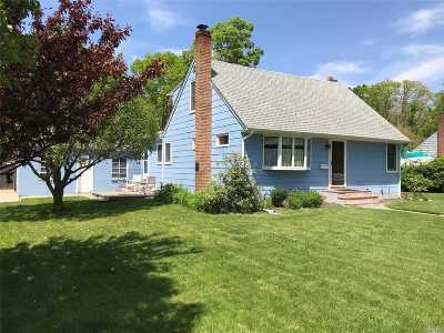 Suffolk County Single Family Home For Sale: 61 Manhattan Blvd