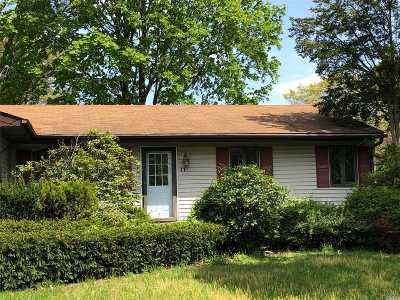 Holtsville Single Family Home For Sale: 11 Jamaica St