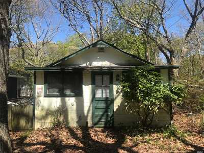 Suffolk County Single Family Home For Sale: 34 Neptune Pl