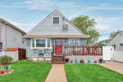 Suffolk County Single Family Home For Sale: 20 E Kissimee Rd