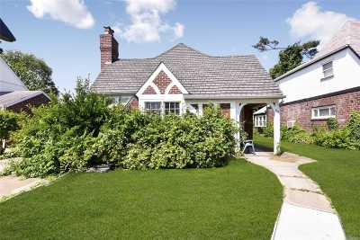 Nassau County Single Family Home For Sale: 69 Surrey Ln