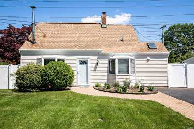 Levittown Single Family Home For Sale: 31 Old Farm Rd