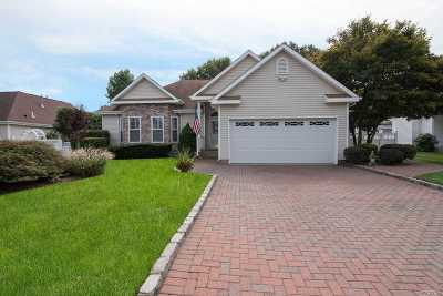 Holtsville Single Family Home For Sale: 105 Summerfield Dr