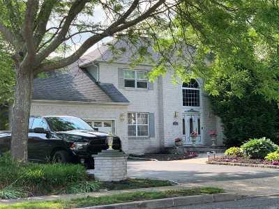 Holbrook Single Family Home For Sale: 20 Somerset Dr