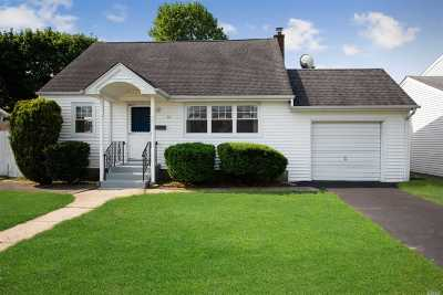 Hicksville Single Family Home For Sale: 14 Balsam Ln