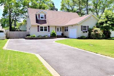 Hauppauge Single Family Home For Sale: 32 Adrienne Ln