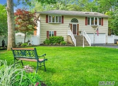 Hauppauge Single Family Home For Sale: 20 Lee St