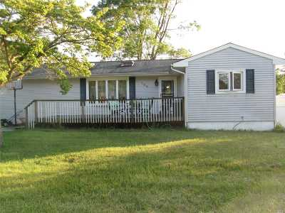 Holbrook Single Family Home For Sale: 100 Ackerly Ln