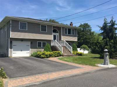 East Moriches Single Family Home For Sale: 9 Highland Ct