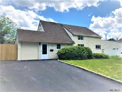Levittown Single Family Home For Sale: 105 Sprucewood Dr