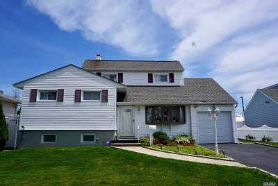 Farmingdale Single Family Home For Sale: 5 Dolphin Dr