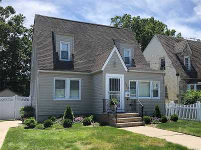 Freeport Single Family Home For Sale: 112 Woodside Ave