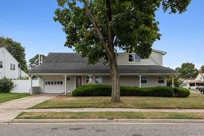 Levittown Single Family Home For Sale: 1 Starling Ln