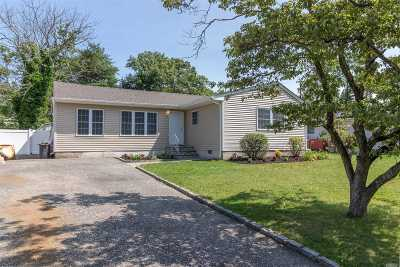 Farmingville Single Family Home For Sale: 99 Cedar Oaks Ave