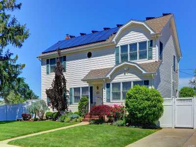 Nassau County Single Family Home For Sale: 885 Maplecrest Dr