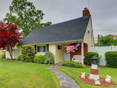 Copiague Single Family Home For Sale: 109 W Scudder Ave