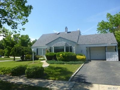 Levittown Single Family Home For Sale: 62 Vista Ln